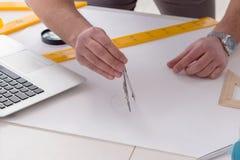 Męski inżynier pracuje na rysunkach i projektach Zdjęcia Stock