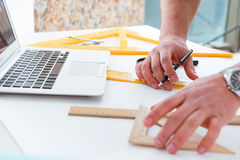 Męski inżynier pracuje na rysunkach i projektach Obrazy Stock
