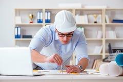Męski inżynier pracuje na rysunkach i projektach Obraz Stock
