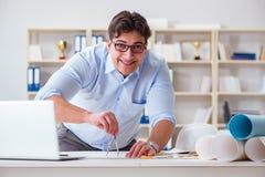 Męski inżynier pracuje na rysunkach i projektach Zdjęcie Royalty Free
