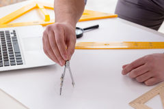 Męski inżynier pracuje na rysunkach i projektach Obrazy Royalty Free