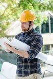 Męski inżynier przy budową z pastylką zdjęcie royalty free
