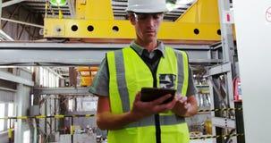 Męski inżynier używa cyfrową pastylkę 4k zbiory wideo