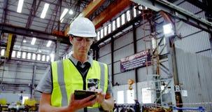 Męski inżynier używa cyfrową pastylkę 4k zbiory