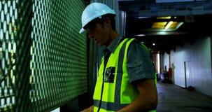 Męski inżynier utrzymuje zapasy w warsztacie 4k zdjęcie wideo