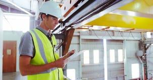 Męski inżynier utrzymuje zapasy w warsztacie 4k zbiory wideo