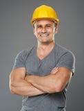 Męski inżynier z ochronnym hełmem i ręki składać Fotografia Stock