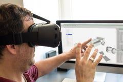 Męski inżynier z VR szkłami Zdjęcia Royalty Free