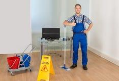 Męski janitor gestykuluje aprobata znaka zdjęcia stock