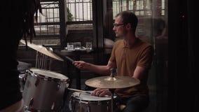 Męski jazzowy dobosz bawić się bębeny podczas zbiory wideo