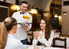 Męski kelner porci gości stół Zdjęcie Royalty Free