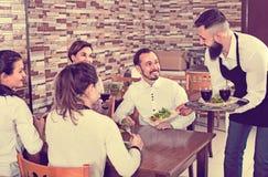 Męski kelnera przewożenia rozkaz dla gości w kraj restauraci Fotografia Royalty Free
