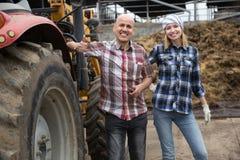 Męski kierowca i asystent pracuje przy rolniczą maszynerią Obraz Stock