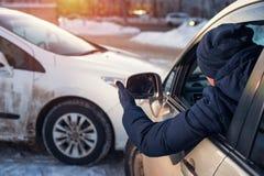 Męski kierowca patrzeje scenę kraksa samochodowa Zdjęcia Royalty Free