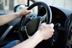 Męski kierowca wręcza mienie kierownicę Zdjęcia Stock