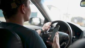 Męski kierowcy obsiadanie w samochodu i mienia smartphone z map gps nawigacją zbiory