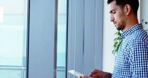 Męski kierownictwo używa cyfrową pastylkę zbiory
