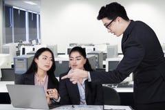 Męski kierownik wyjaśnia pracę z laptopem Obraz Stock