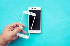 Męski kij hartująca ręki osłona, szklana filmu ekranu pokrywa z telefonem komórkowym lub fotografia stock