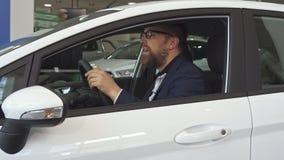 Męski klientów przedstawień klucz przez samochodowego okno zbiory wideo