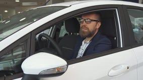 Męski klient egzamininuje samochodowego wnętrze przy przedstawicielstwem handlowym zbiory