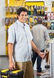 Męski klient Nabywa narzędzia Przy sklepem zdjęcie royalty free