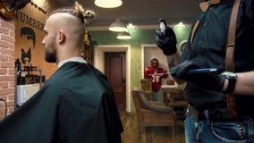 Męski klient odwiedza fryzjera męskiego sklep zdjęcie wideo