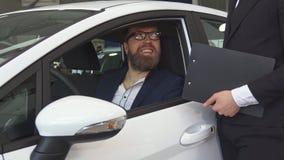 Męski klient opowiada sprzedaż kierownik z wewnątrz samochodu zbiory