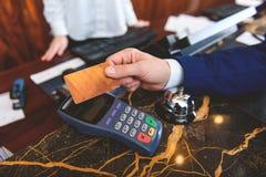 Męski klient używa debetową maszynę w hotelu Obraz Stock