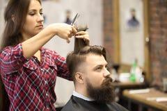 Męski klient w zakładzie fryzjerskim Zdjęcia Royalty Free