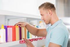 Męski klient Wybiera Kosmetyczną butelkę Obraz Stock