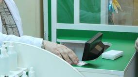Męski klienta zakupu pastylki wynagrodzenie z dolar gotówką przy apteka kontuarem Zdjęcia Stock