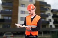 Męski konstruktor plenerowy przy pracującym miejscem Zdjęcia Royalty Free