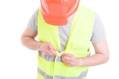 Męski konstruktor z hełmem i kamizelką dostaje gotowym dla pracy Obraz Royalty Free