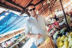 Męski konsument przy ulicznego rynku kupienia otwartymi owoc i warzywo zdjęcie royalty free