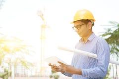 Męski kontrahenta inżyniera czytanie na pastylka komputerze osobistym Zdjęcia Stock