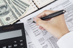 Męski księgowy segreguje podatek dochodowy formę Obraz Royalty Free