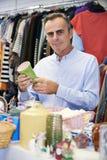 Męski kupujący Patrzeje ornamenty W oszczędzanie sklepie Zdjęcia Stock