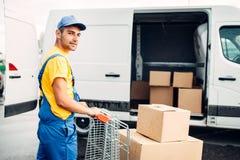 Męski kurier w jednolitej pracie z ładunkiem, tylny widok Zdjęcie Stock