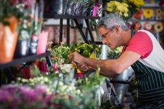 Męski kwiaciarni sprawdzać kwiaty Obraz Royalty Free