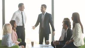 Męski lider jednoczy szczęśliwej wielokulturowej biznes drużyny daje wysokości pięć zdjęcie wideo