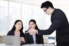 Męski lider wyjaśnia strategię biznesową Obraz Stock