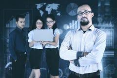 Męski lider z jego wirtualnym ekranem i drużyną Zdjęcie Stock
