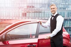 Męski lokaj Otwiera Samochodowego drzwi obrazy stock