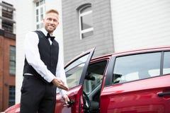 Męski lokaj Otwiera Samochodowego drzwi zdjęcie stock