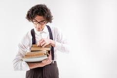 Męski mól książkowy przygotowywa czytać Zdjęcia Royalty Free