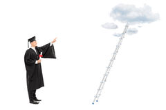 Męski magistrant/magistrantka wskazywać w kierunku chmur Obrazy Royalty Free