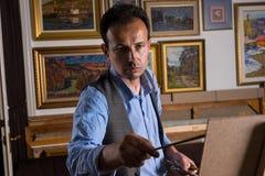 Męski malarz kończy jego arcydzieło Fotografia Stock