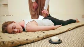 Męski masażysta trzyma tajlandzkiej masaż sesi - nóg rozciągać zdjęcie wideo