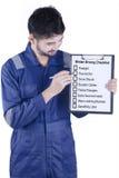 Męski mechanik pokazuje zimy jeżdżenia porady Obraz Stock